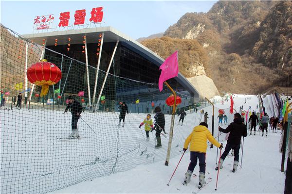 太白山:元旦假日温泉滑雪受热捧