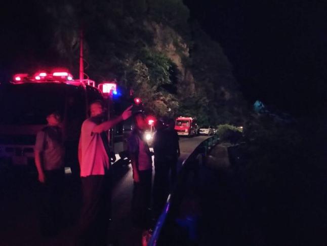 眉县公安局汤峪派出所成功救下两名违规登山者